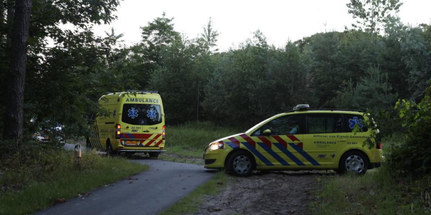 Foto van hulpverleners in bos