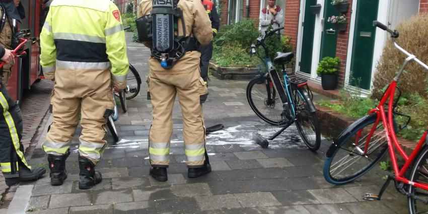 Brandweer koelt accu van fiets
