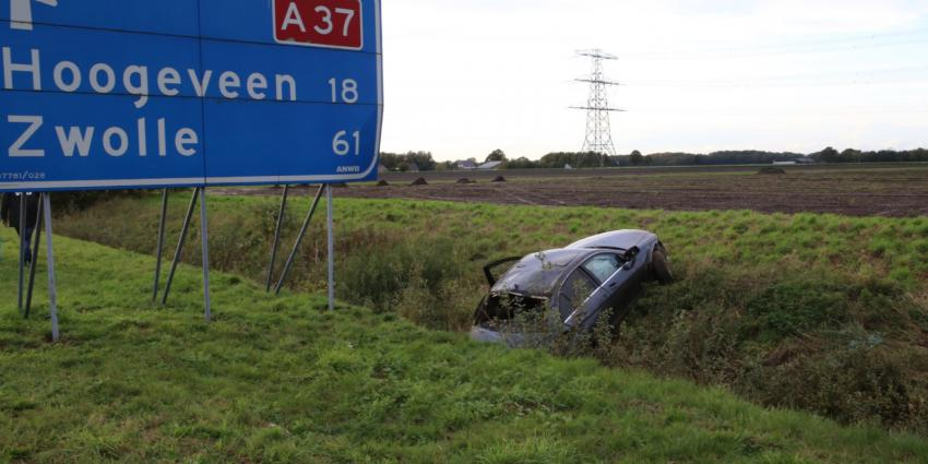 Auto in greppel langs A37