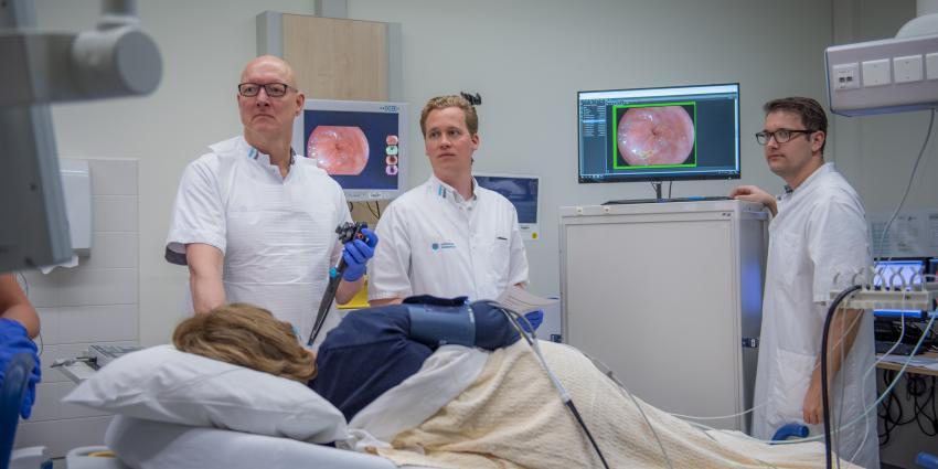 prof. dr. Erik Schoon tijdens een behandeling (foto vóór coronatijd gemaakt)