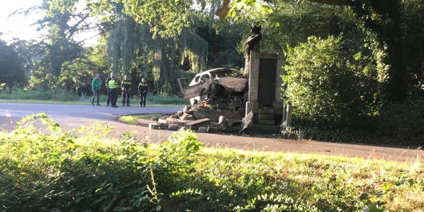 Auto tegen het Scholte monument