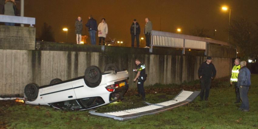 Auto rijdt door balustrade en beland op dak