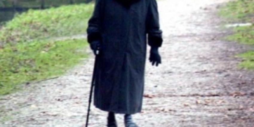 Hoogbejaarde vrouw slachtoffer van laffe straatroof