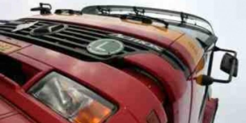 Te zwaar beladen vrachtauto krijgt klapband: Vier auto's beschadigd