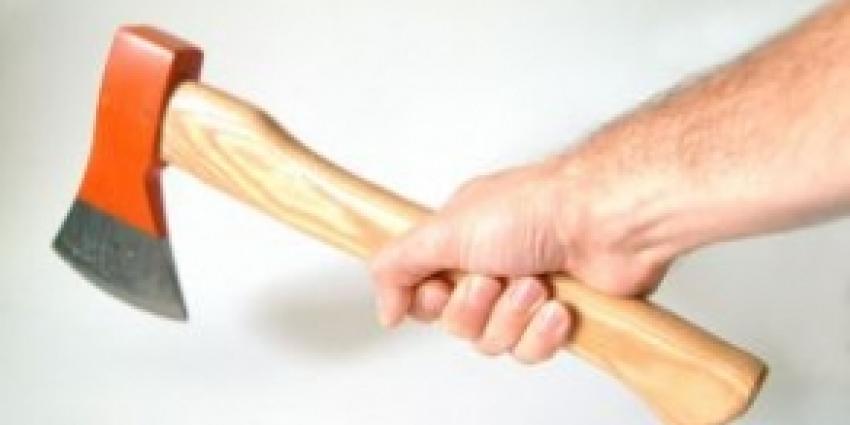 Agent die man met hakbijl in benen schoot, wordt niet vervolgd