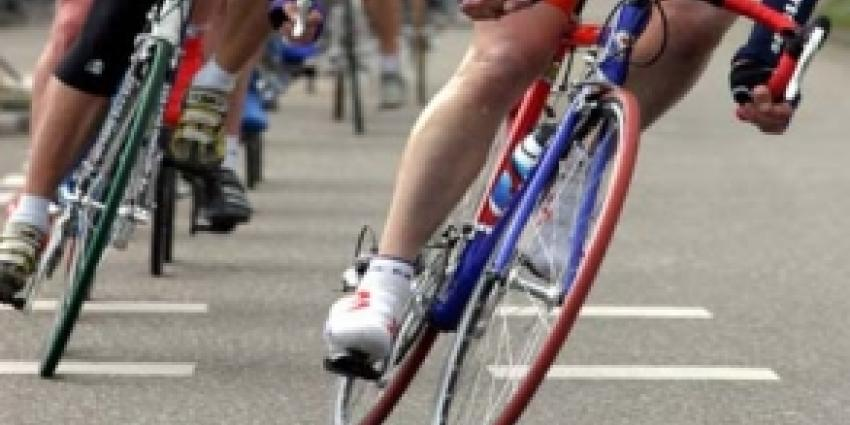 Maak gebruik van een fietsbel om te laten horen dat je in wilt halen. Dat wordt door andere fietsers prettiger ervaren dan wanneer je schreeuwt.