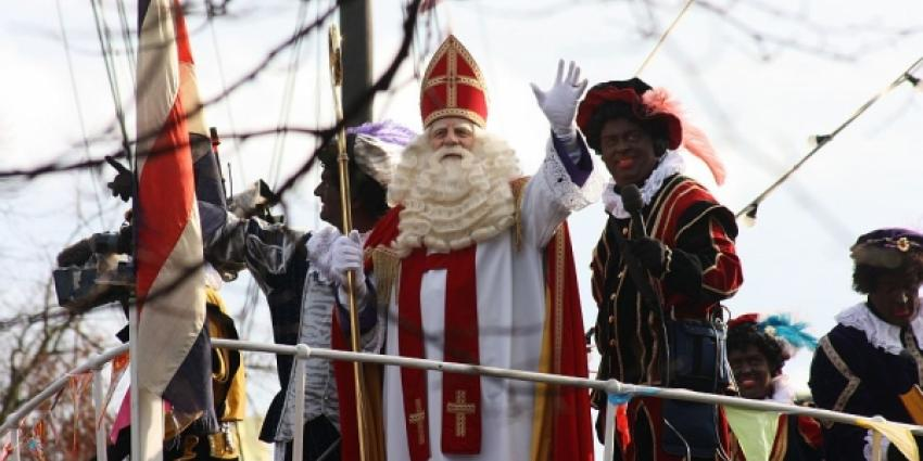 Sinterklaas zet met zijn pieten voet aan wal in het Drentse Meppel