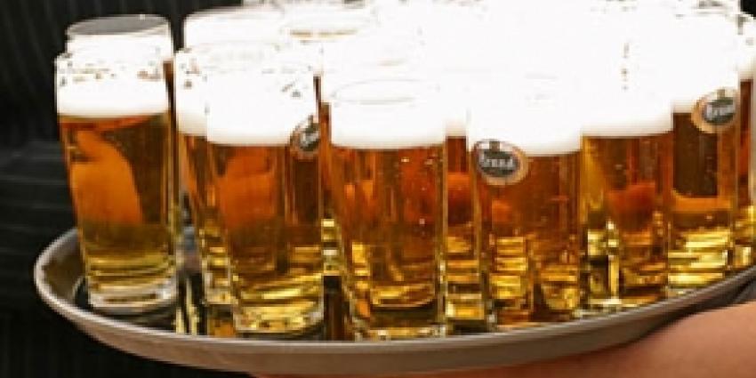 Agent krijgt ongevraagd biertje tijdens conflict in café