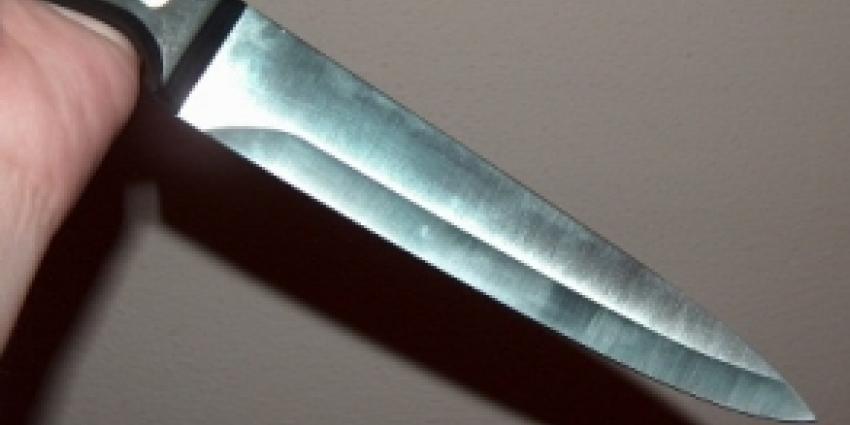 Man neergestoken en agenten in het nauw door man met mes