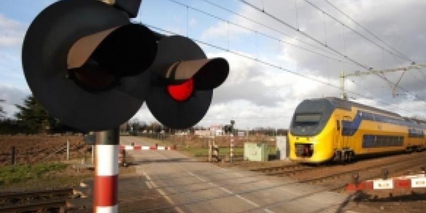 Trein ramt auto op spoorwegovergang, automobilist overleden