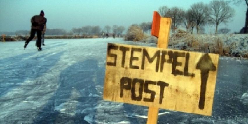 IJsmeester Ankeveen begeeft zich op slecht ijs en zakt er door
