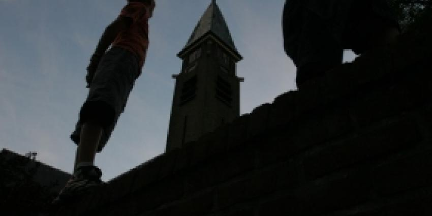 Kerkgangster in deuropening kerk aangereden