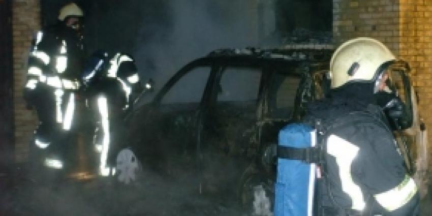 Politieauto's in Sommelsdijk beschadigd door brand