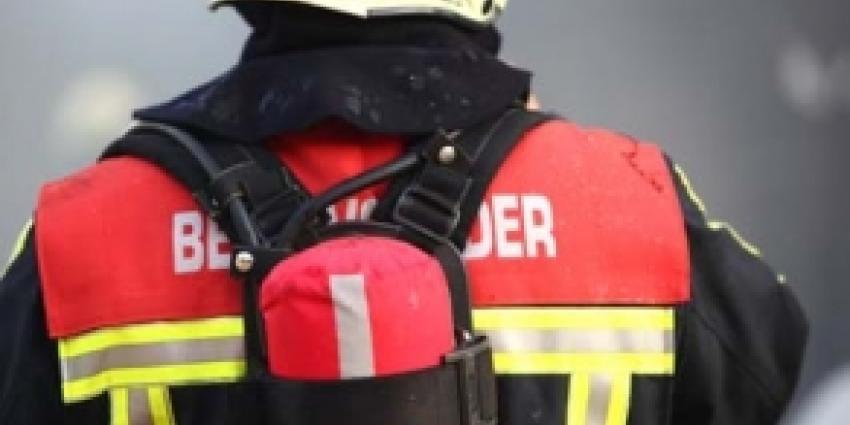Inrijdende auto veroorzaakt grote brand bij groothandel Enschede