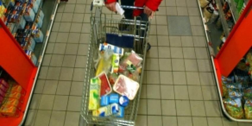 Bedrijfsleider supermarkt springt op motorkap om dieven te stoppen