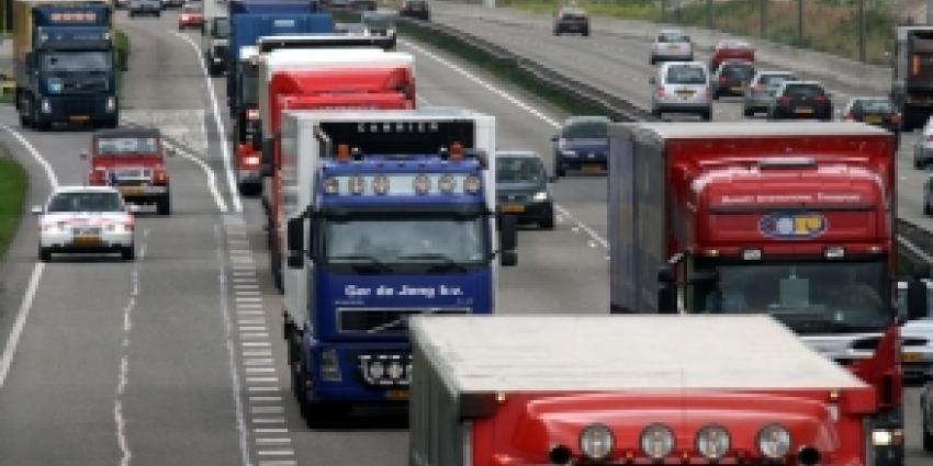 Truckers rijden vrouwelijke collega klem