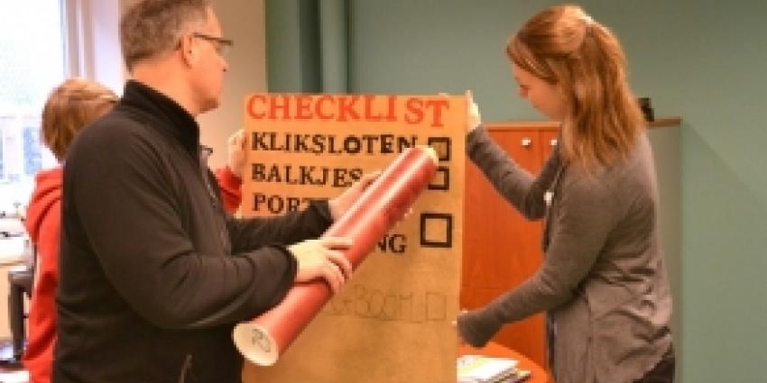 Rood Groningen en bewoners overhandigen handtekeningen aan Nijestee