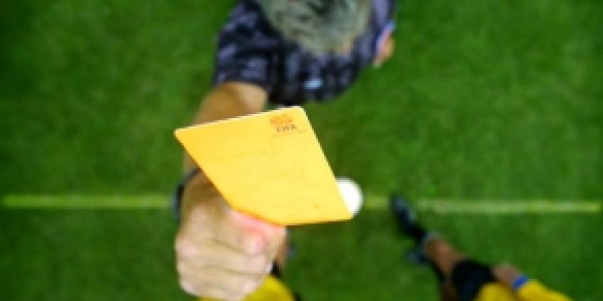 Scheidsrechter bestraft protest meteen met geel