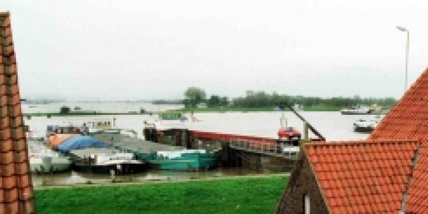 Maatregelen tegen verhoogde waterstand Maas. Scheepvaart Rijn Duitsland plat