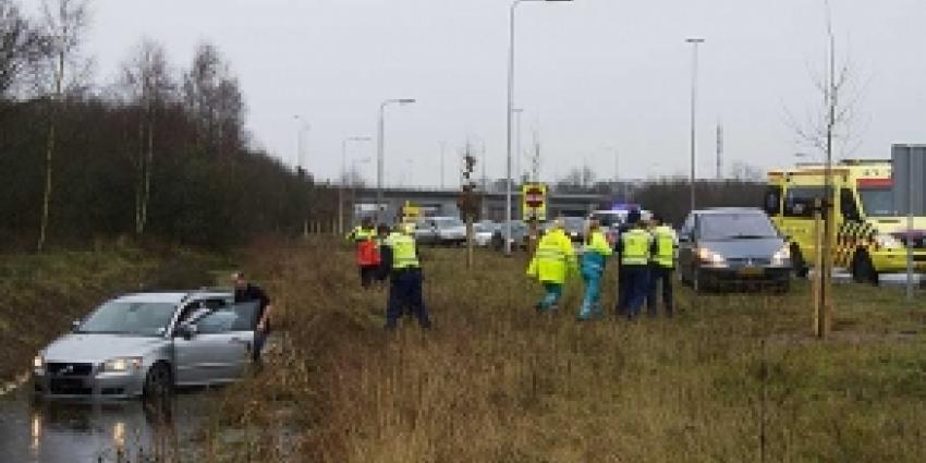 Auto in sloot langs A2 bij Boxtel