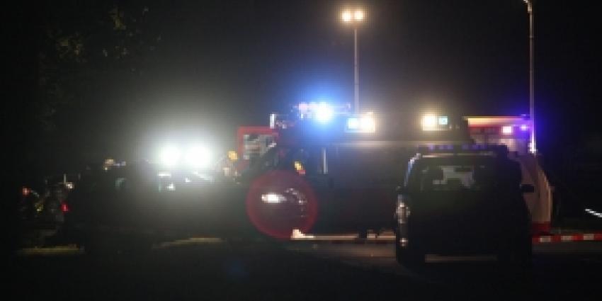 Vrouw met auto van de N35 en raakt gewond