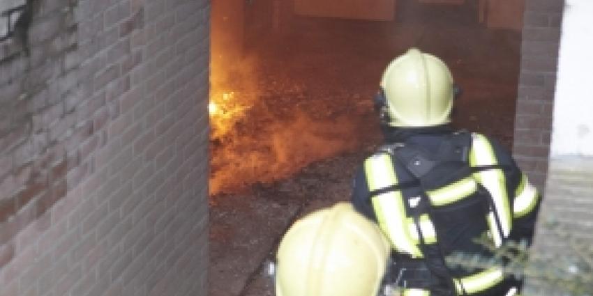 Brandweer ontruimt honderd woningen  vanwege brand in kelderboxen
