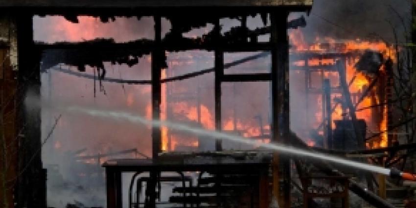 Meerdere tuinhuisjes in Schiedam uitgebrand