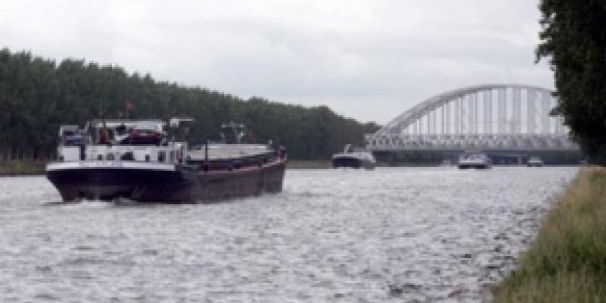 Schip vaart tegen brug op Zwarte Water