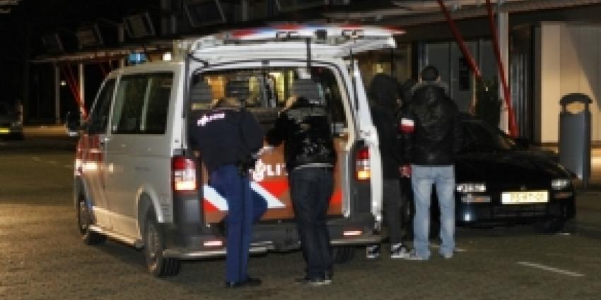 Foto van agenten bij auto | Archief FBF.nl