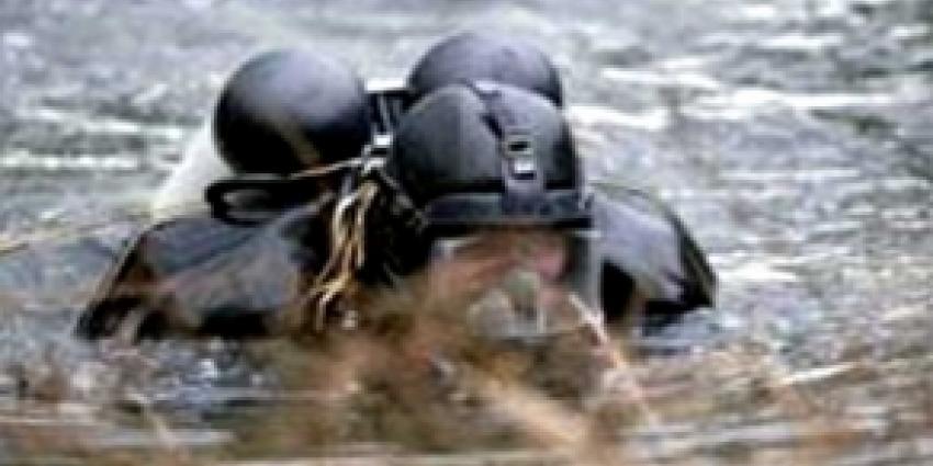 Man overleden nadat hij met steiger in water viel