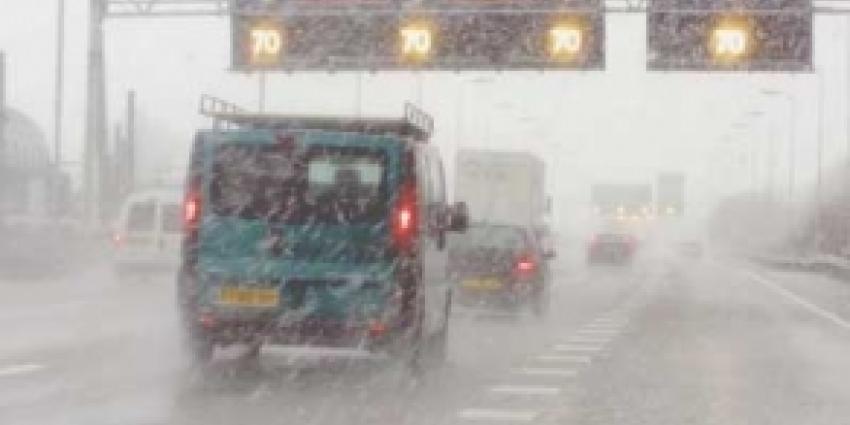 ANWB:Sneeuw leidt dinsdagochtend tot 'enorm drukke' spits
