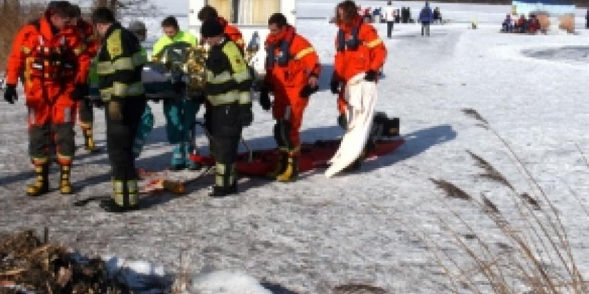 Man krijgt fietsongeluk en zakt door ijs
