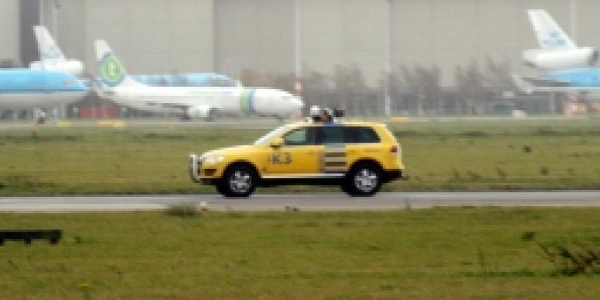 Opstijgende Boeing 737 en auto vogelwacht Schiphol tegelijk op startbaan