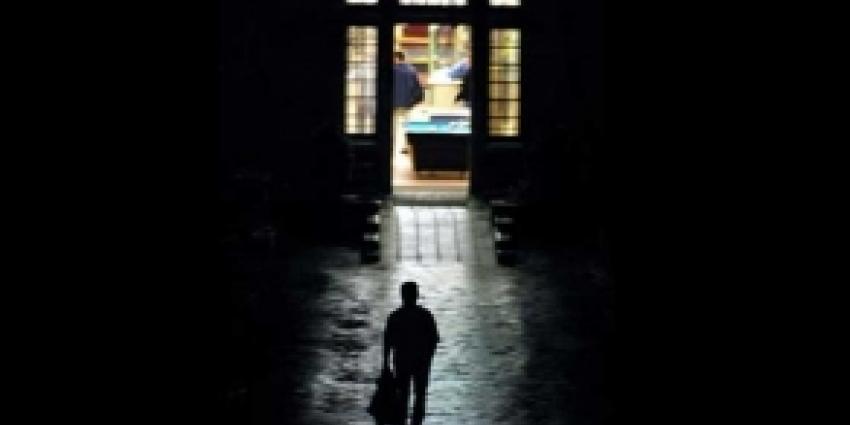 Foto van  man die instelling verlaat | FBF