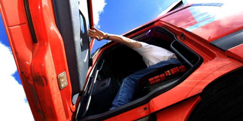 Automobilist tegen gevel geramd door vrachtwagen
