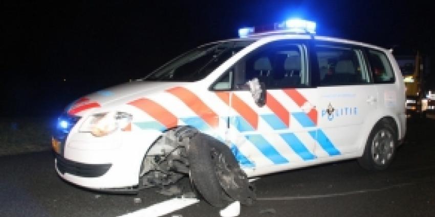 Man botst op politieauto op A28
