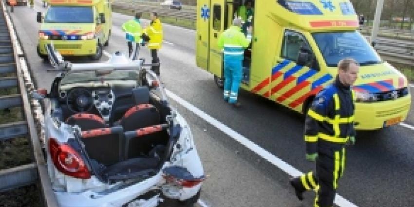 Alleen lichtgewonden bij forse aanrijding drie auto's Dordrecht