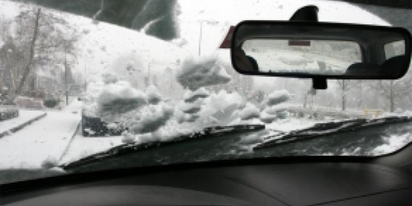 Het KNMI waarschuwt voor gladde wegen door sneeuwval