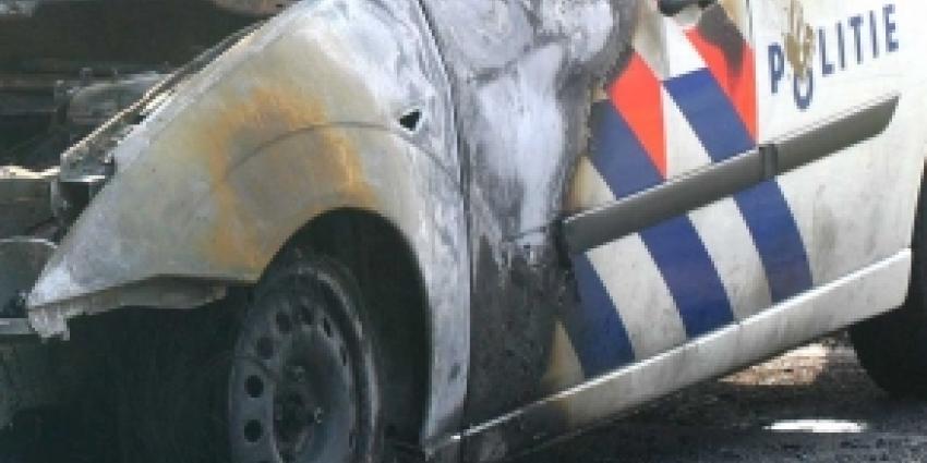 Politieauto in brand gestoken