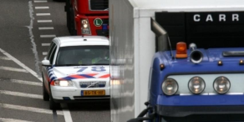Uien rollen over de A27 na aanrijding tusen twee vrachtwagens