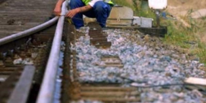 Langs spoor rijdende bouwkraan door trein geramd