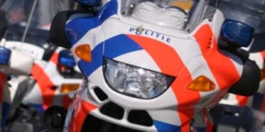 Politieagent bijna van motor geduwd