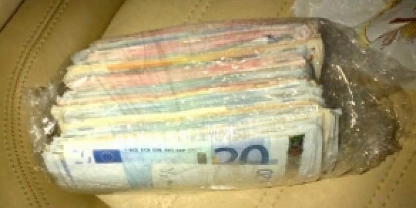 Marechaussee houdt gesignaleerde man met 42.000 euro aan