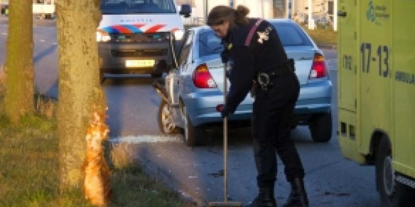 Auto knalt tegen boom in Vlaardingen