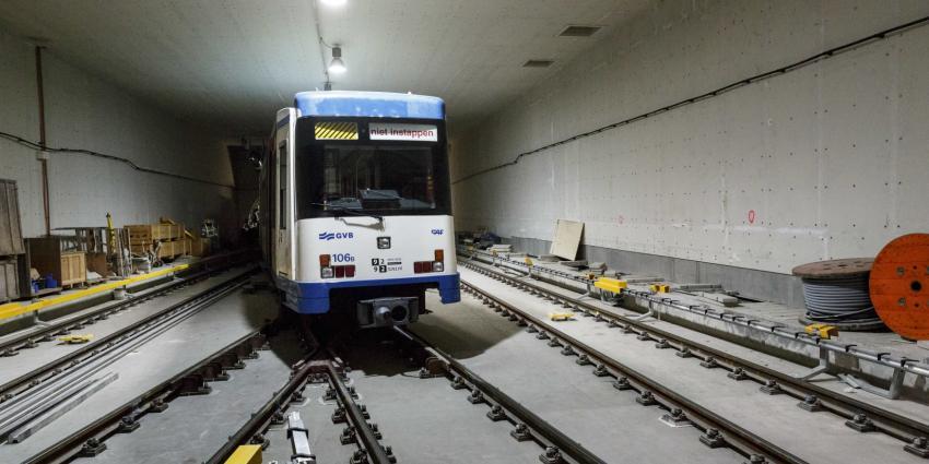 Eerste metro door de nieuwe Amsterdamse Noord-Zuidlijn