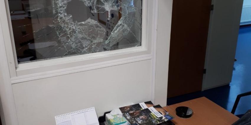 Vrouw leeft zich uit met voorhamer in politiebureau