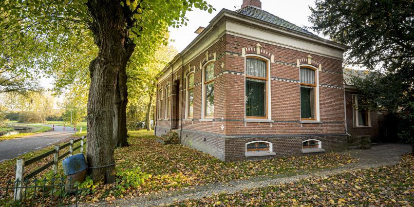 Familie Dijkhuis draagt boerderij in Hunzezone over aan Het Groninger Landschap