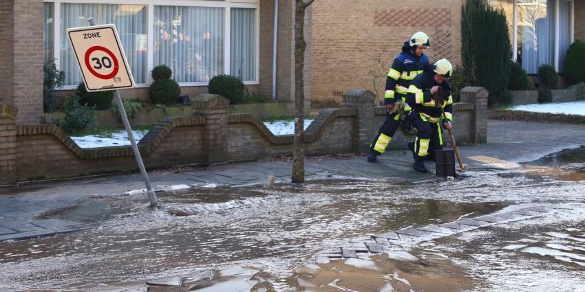 Gesprongen waterleiding zet straat onderwater in Boxtel