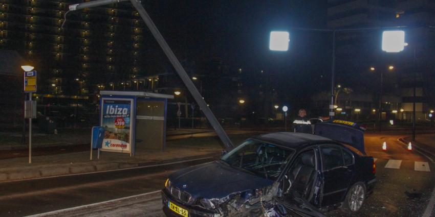 Auto total loss gereden tegen lantaarnpaal