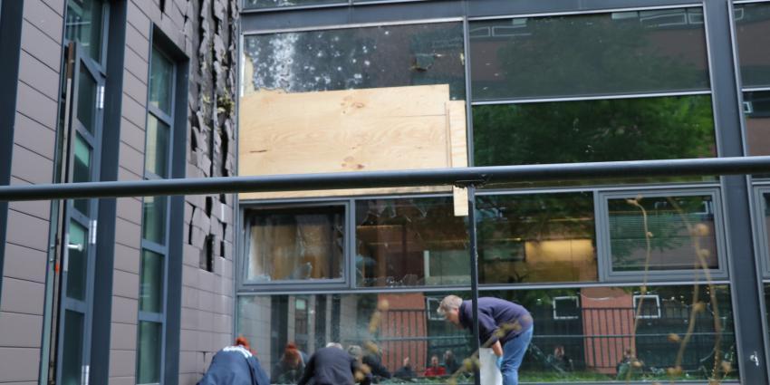 Gat geschoten in ruit kantoorpand Amsterdam
